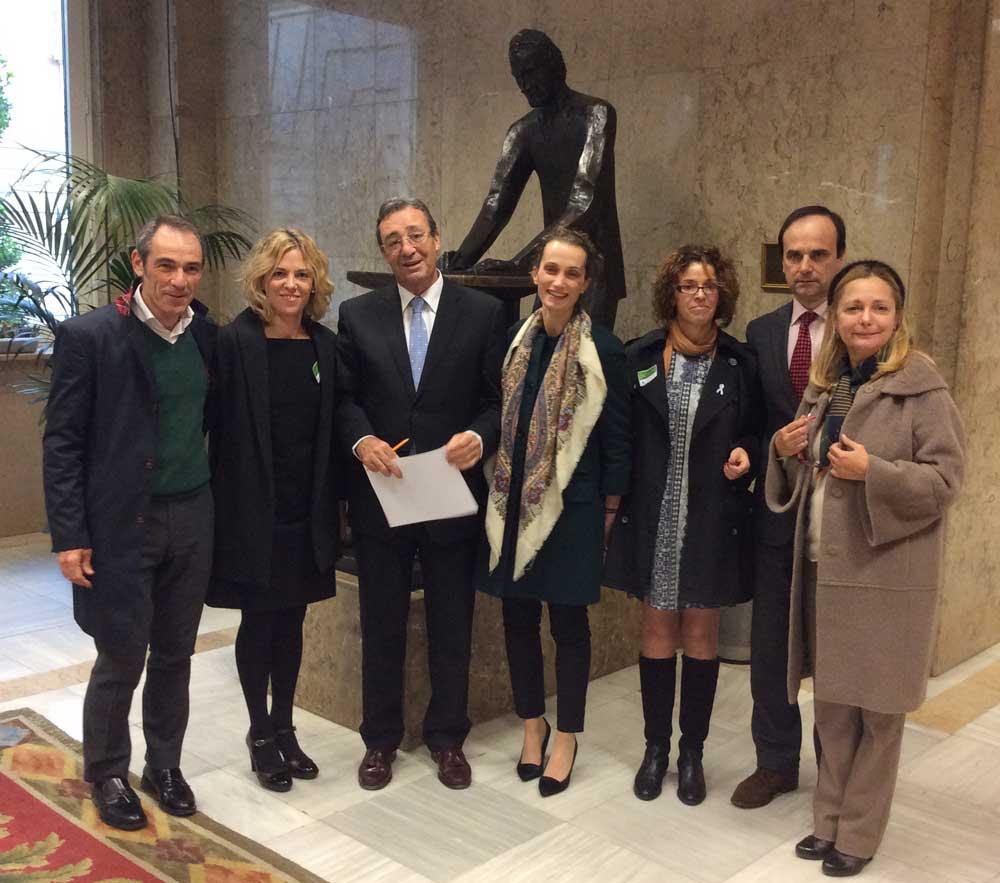 Miembros de AEACaP con los representantes de la comisión de sanidad del Congreso de los DIputados